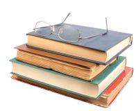 Gläser und Gruppe alte schmutzige Bücher Lizenzfreies Stockfoto