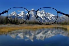 Gläser und klare Vision der Berge Stockfoto