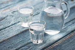 Gläser und Krug kaltes Wasser Lizenzfreie Stockfotos