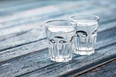 Gläser und Krug kaltes Wasser Stockfotografie
