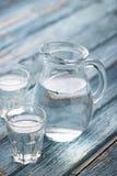 Gläser und Krug kaltes Wasser Stockfotos