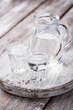 Gläser und Krug kaltes Wasser Lizenzfreie Stockfotografie