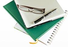 Gläser und Laptop stockbild
