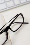 Gläser und Notizbuch Stockfoto