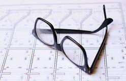 Gläser und Pläne stockfotos