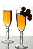 Gläser und Trauben stockbilder