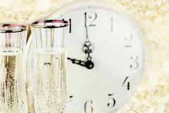 Gläser und Uhr um Mitternacht lizenzfreie stockfotos