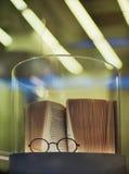 Gläser und und ein Buch Stockbilder