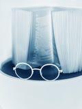 Gläser und und ein Buch Stockbild