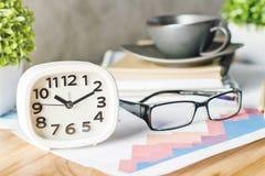 Gläser und weiße Uhr Lizenzfreie Stockfotos