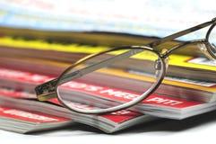Gläser und Zeitschriften Stockfotografie