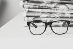 Gläser und Zeitungen, Nahaufnahme Stockfotografie