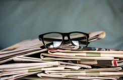 Gläser und Zeitungen, Nahaufnahme Stockbilder