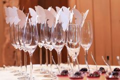 Gläser verziert mit Papierschmetterlingen auf Tabelle einer Zeremonie Lizenzfreies Stockfoto