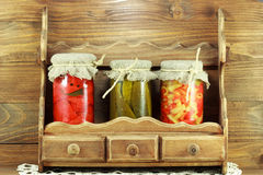 Gläser voll Gemüse im Regal lizenzfreie stockbilder