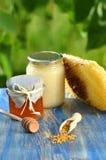 Gläser voll köstlicher Honig-, Bienenwaben- und Bienenblütenstaub Stockfotografie