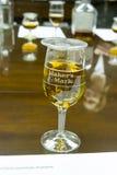 Gläser von Hersteller ` s Kennzeichen im sensorischen Labor Stockfotos