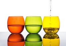 Gläser Wasser oder dink, Gelb, Grün, orange Farben Stockbilder