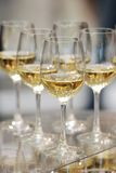 Gläser weißer Wein auf der Tabelle Stockbild