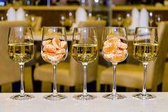 Gläser Weißwein und Tangerinen Lizenzfreie Stockbilder