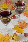 Gläser Wein auf dem Tisch Lizenzfreie Stockbilder