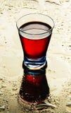 Gläser Wein auf einem nassen Spiegel. Stockbilder