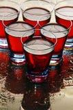 Gläser Wein auf einem nassen Spiegel. Stockbild