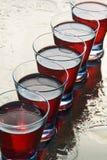 Gläser Wein auf einem nassen Spiegel. Stockfoto