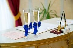 Gläser Wein in einem Registeramt Stockbild