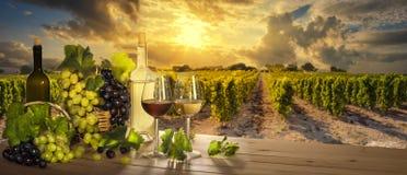 Gläser Wein, Sonnenunterganglandschaft Lizenzfreies Stockfoto