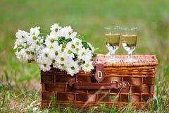 Gläser Wein und Blumen Stockfotos