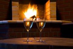 Gläser Wein vor einem Kamin Stockfotos