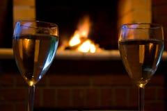 Gläser Wein vor einem Kamin Stockbild