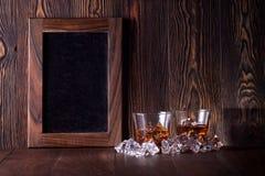 Gläser Whisky auf hölzernem Hintergrund lizenzfreie stockfotografie