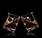 Gläser Whisky auf schwarzem Hintergrund lizenzfreie stockfotos