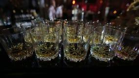 Gläser Whisky im Parteiverein stock video