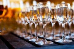 Gläser Wodka auf Holztisch Lizenzfreie Stockfotografie