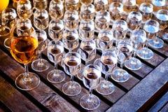 Gläser Wodka auf Holztisch Stockbilder