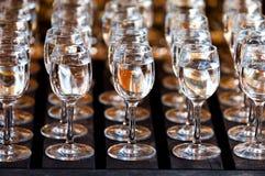 Gläser Wodka auf Holztisch Lizenzfreies Stockbild