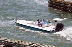 Glätten Sie das offene Fischen-Skiff, das durch ein Außenbordmotor angetrieben wird lizenzfreie stockfotografie