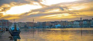 Glättung der Ansicht des Hafens von Anzio-Sonnenuntergang in der brennenden Farbe lizenzfreie stockbilder