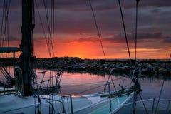 Glättung der entspannenden Zeit auf Segelboot im Hafen Stockfotos