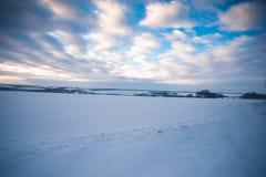 Glättung der schneebedeckten Landschaft in der Landschaft außerhalb der Stadt Lizenzfreies Stockbild