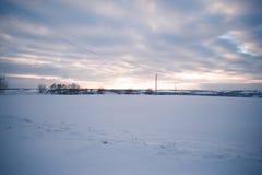 Glättung der schneebedeckten Landschaft in der Landschaft außerhalb der Stadt Lizenzfreies Stockfoto