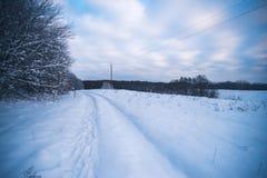 Glättung der schneebedeckten Landschaft in der Landschaft außerhalb der Stadt Lizenzfreie Stockfotografie