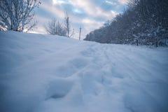 Glättung der schneebedeckten Landschaft in der Landschaft außerhalb der Stadt Stockbilder