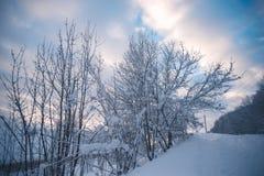 Glättung der schneebedeckten Landschaft in der Landschaft außerhalb der Stadt Lizenzfreie Stockfotos