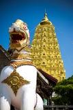 Glättung des Bodhgaya-ähnlichen stupa und des Flusses in Kanchanaburi Thailand Lizenzfreie Stockbilder