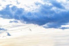 Gl?ttung des Himmels mit dunklen Wolken vor dem Regen, Sonnenuntergang stockfotos