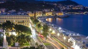 Glättung des Luft- Panoramas des schönen Tages zum Nacht-timelapse, Frankreich Beleuchtete alte Stadtkleine Straßen und -Ufergege stock video footage